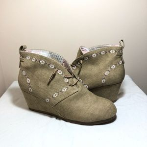 Khaki tan cute wedge booties size 9